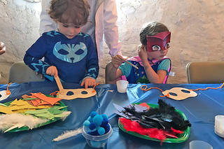 Birthday kids making masks © Cynthia Roy