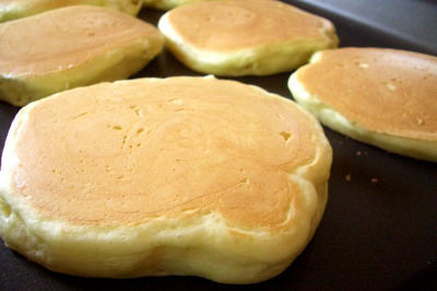 Pancakes on griddle © Kanko (via Wikimedia)